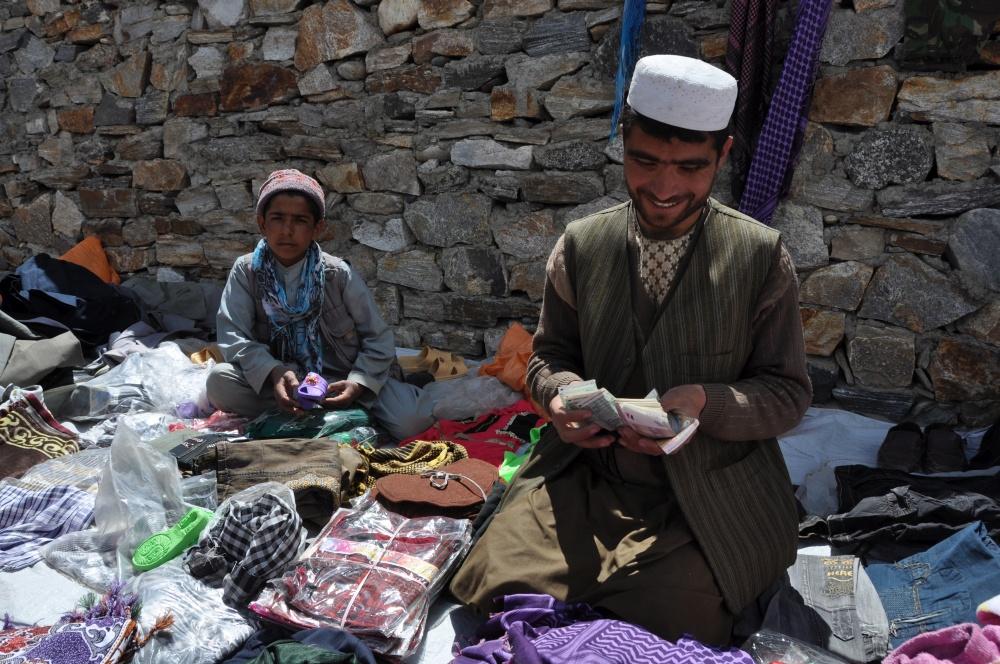 Afghanischer Verkäufer mit Sohn