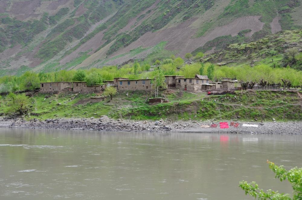 Afghanisches Dorf am Fluss