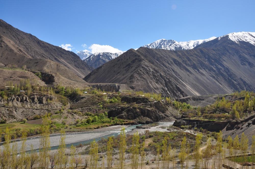 Berglandschaft, Fluss und Bäume