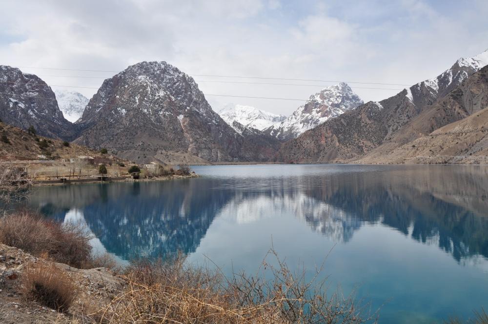 Bergsee und Schneebergen
