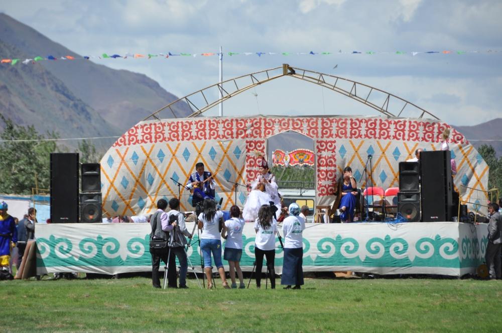 Bühne mit Musiker beim Naadam