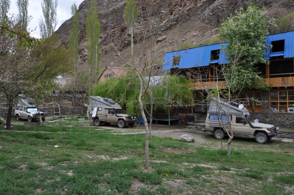 Drei Offroad Fahrzeuge in Pamir Lodge