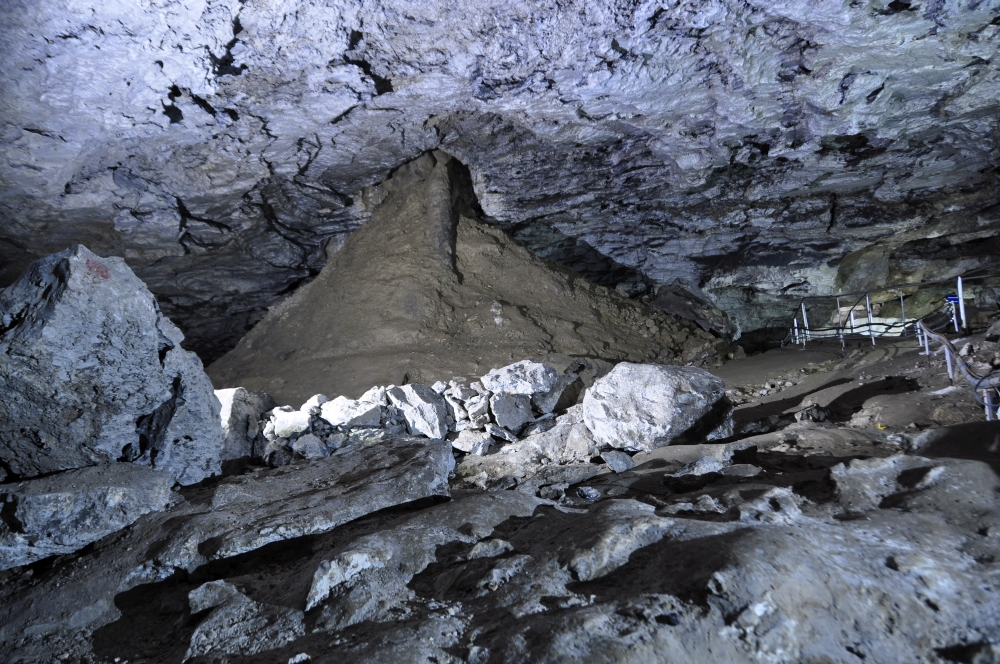 Eishöhle mit Schlamm