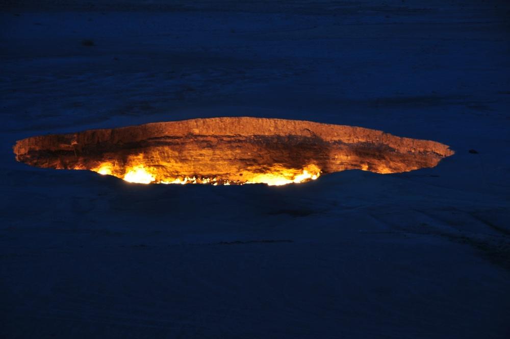 Gaskrater in Darvaza bei Dämmerung