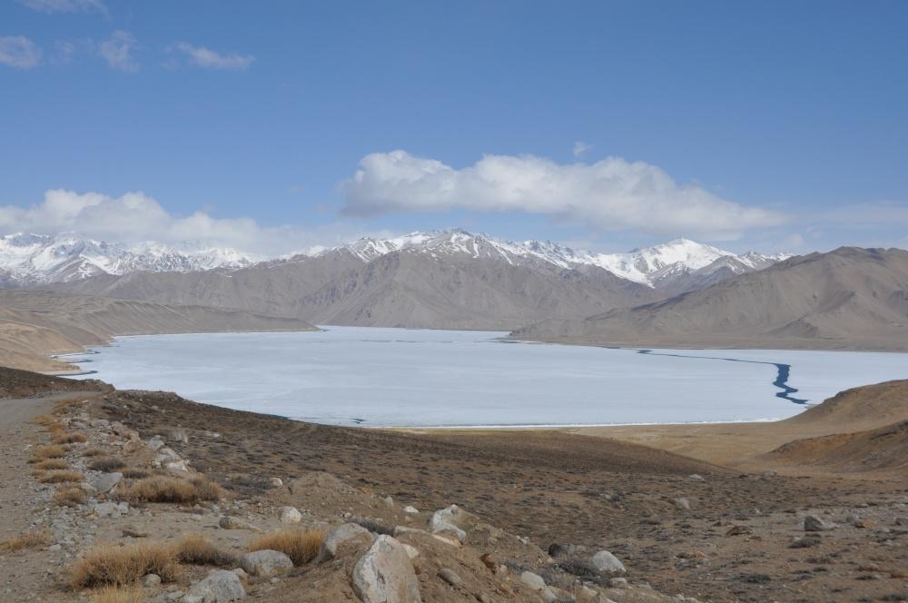 Gefrorener See umgeben von Bergen