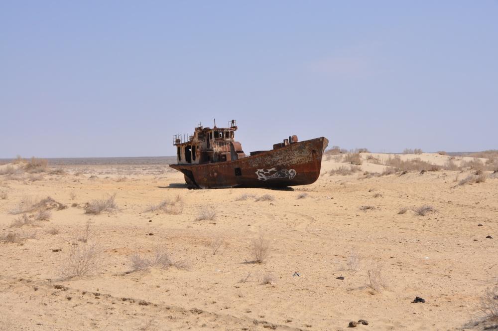 Gestrandete Fischkutter in der Wüste