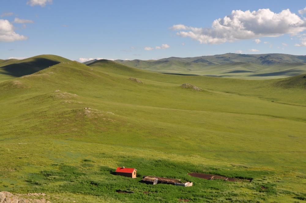 Grüne Hügel und Ruine