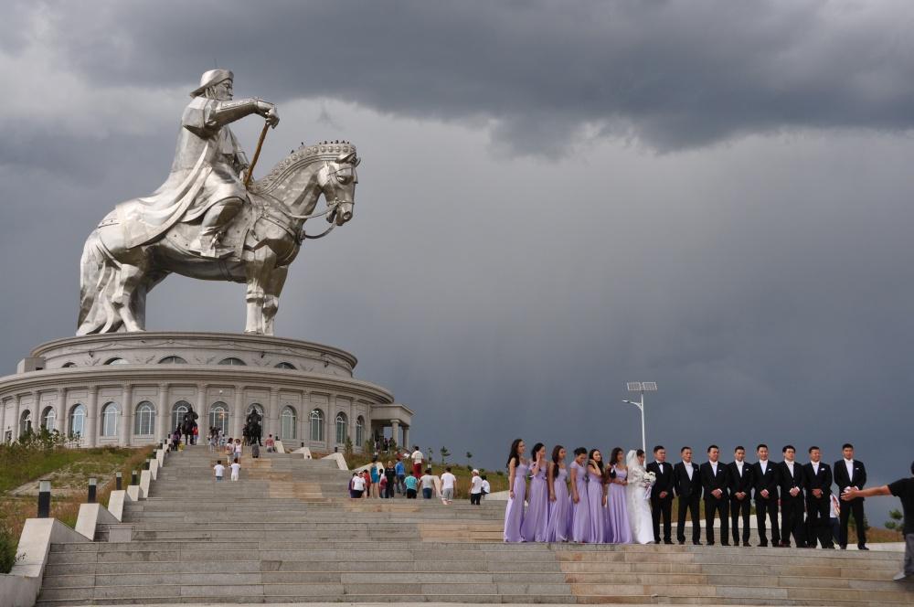Hochzeit vor Chingis Khan Statue