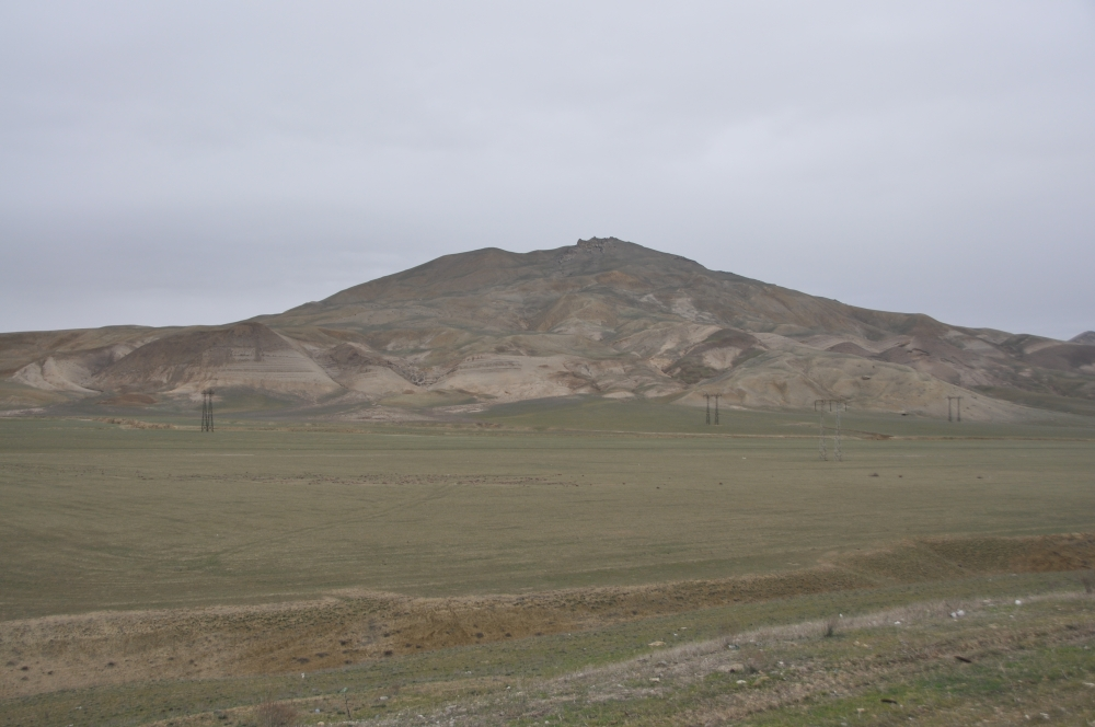Hügel in trister Umgebung