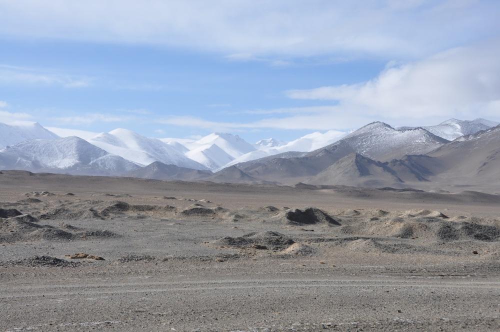 Karge Landschaft mit Schneebergen in Tadschikistan