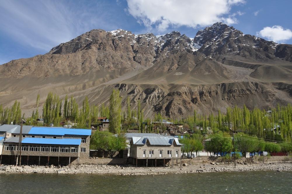 Khorog am Fluss unterhalb von Bergen