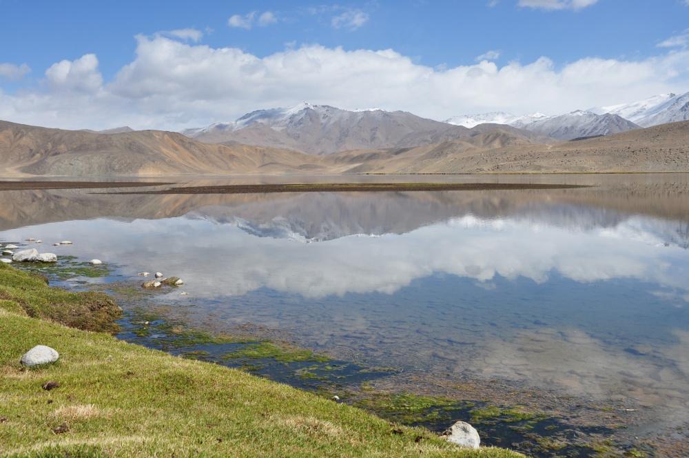 Klarer See mit Spiegelbild