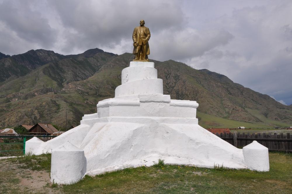Leninstatue auf weissem Sockel