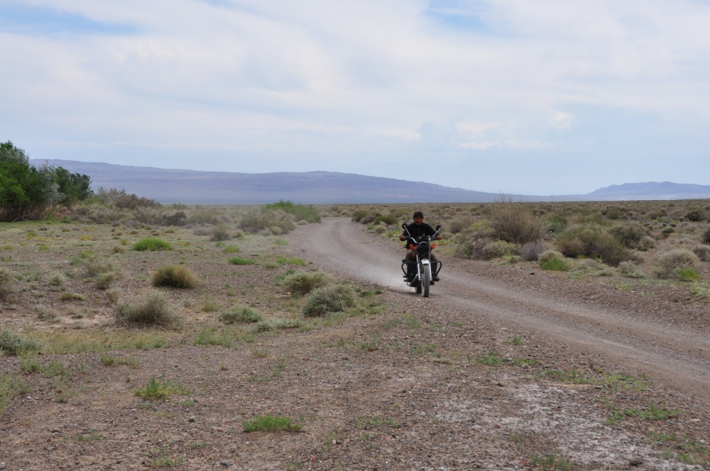 Mann auf Motorrad in Steppe