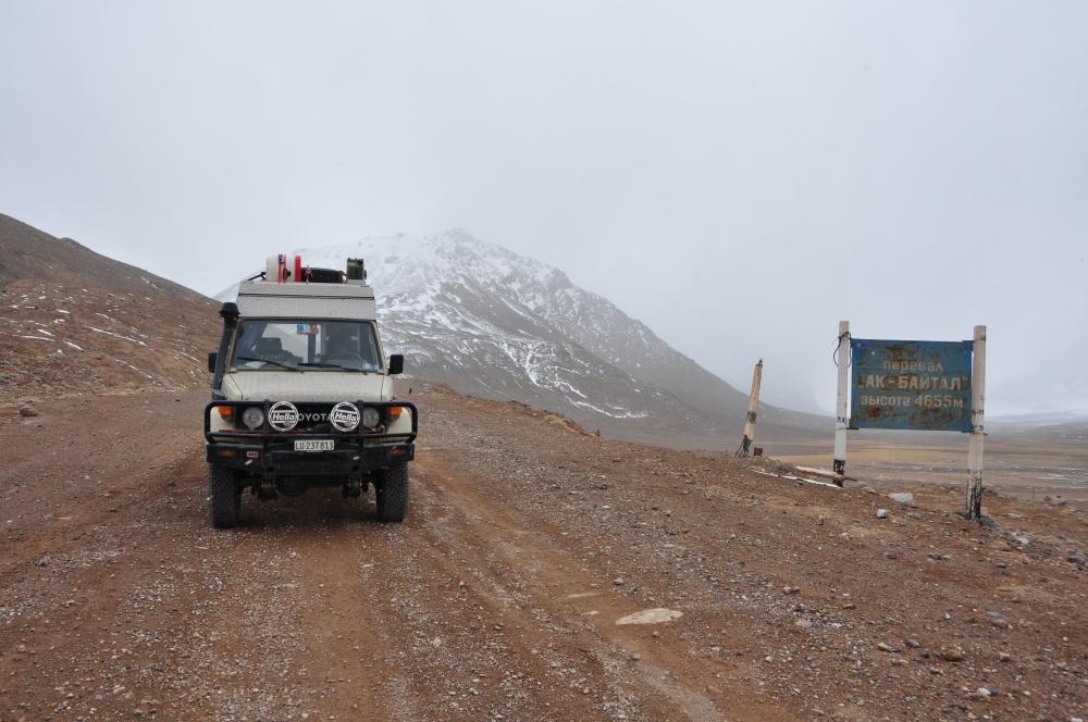 Manny neben Schild vom Ak-Baital Pass