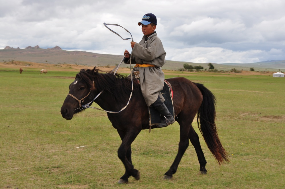 Mongolischer Junge auf Pferd