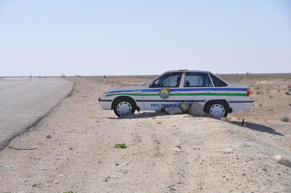 Polizeiauto mitten in der Wüste