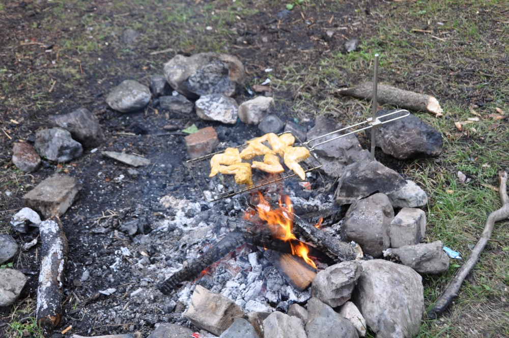 Pouletflügel über Feuer