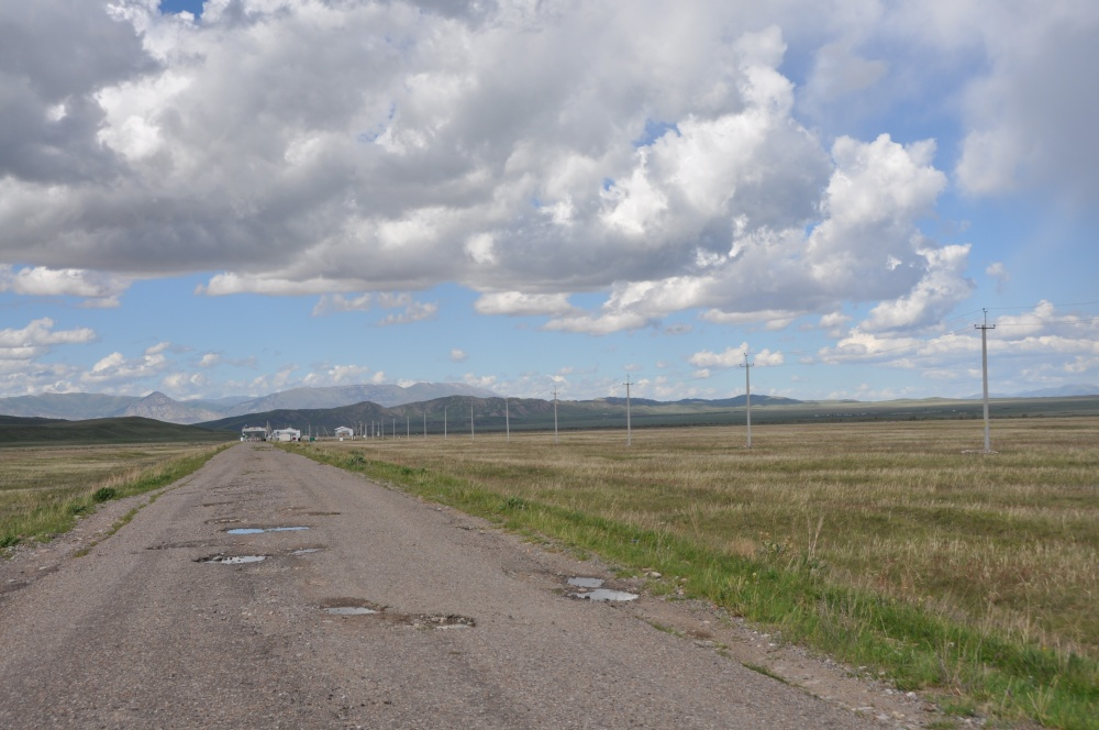 Schlaglöcherstrasse, Strommasten, Grenzposten