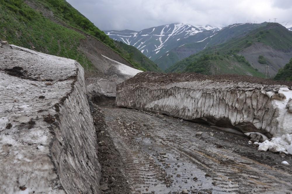 Schlammige Strasse mit Eismauern