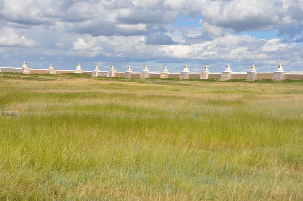 Stupas auf Erdene Zuu Klostermauern