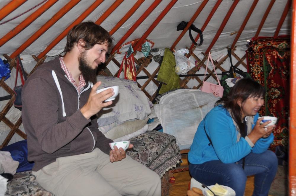 Tobi beim Tee in der Jurte