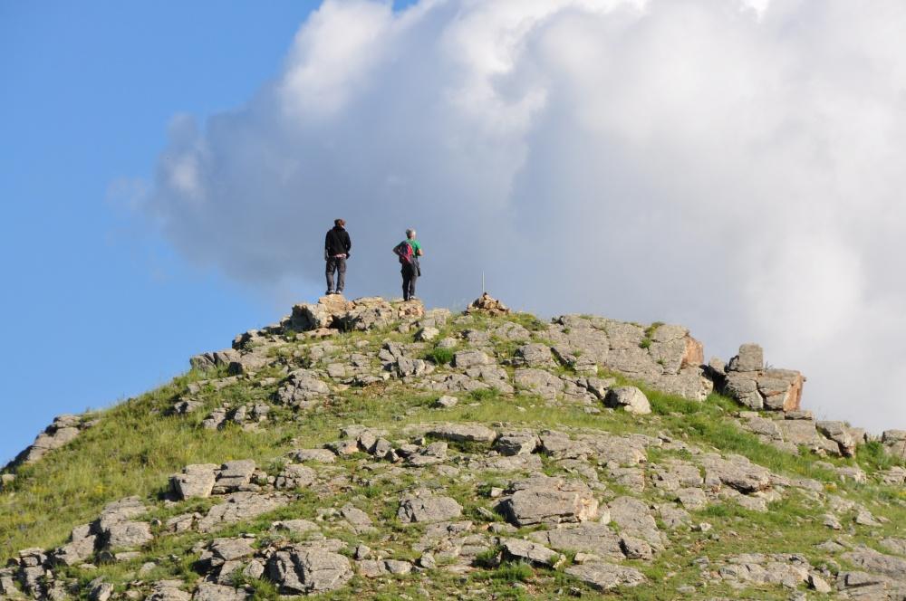 Tobi, Markus auf steinigem Gipfel