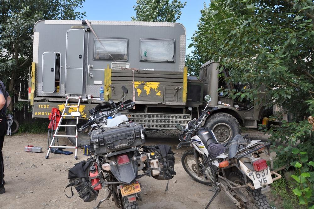 Töff und Wohnwagen