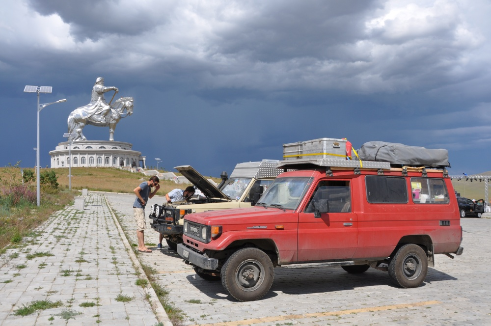 Toyota Landcruiser vor Chingis Khan Statue