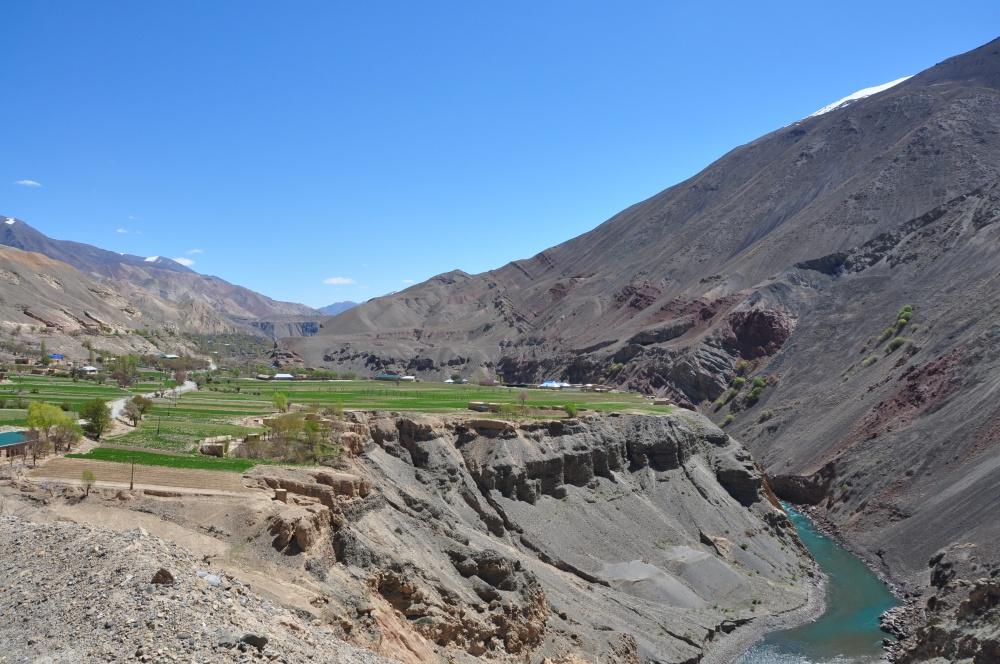 Zerafshan Fluss und grünes Platteau