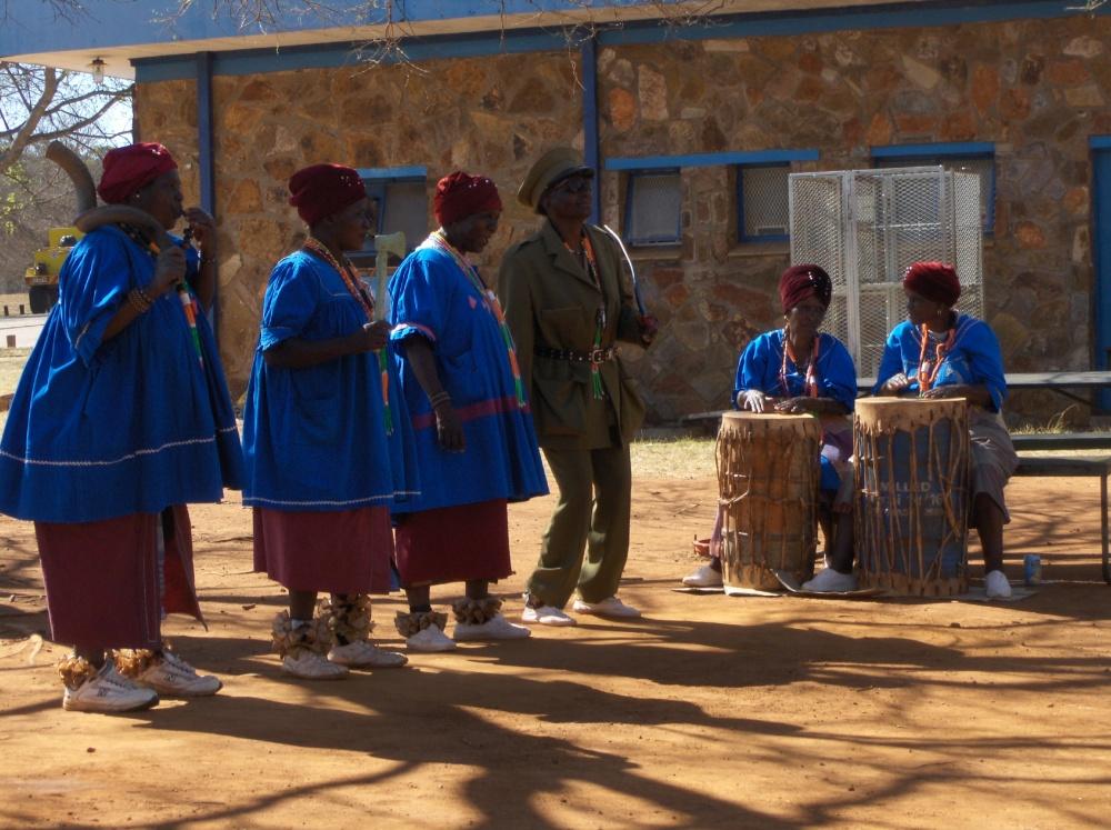 Afrikanische Frauen am Singen
