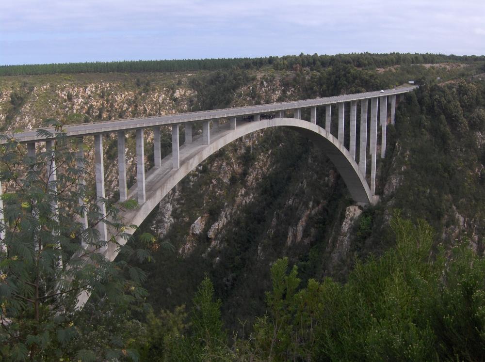 Bogenbrücke über die Bloukrans Schlucht
