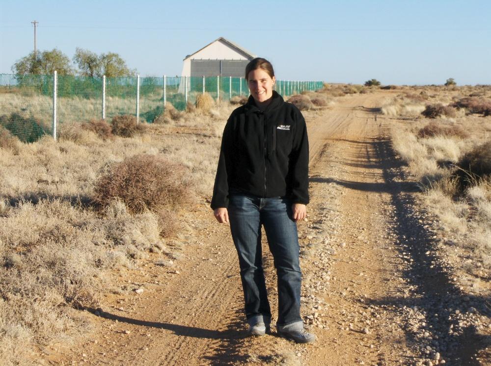 Fränzi auf Fahrweg in Halbwüste