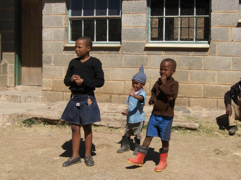Kinder vor dem Schulgebäude
