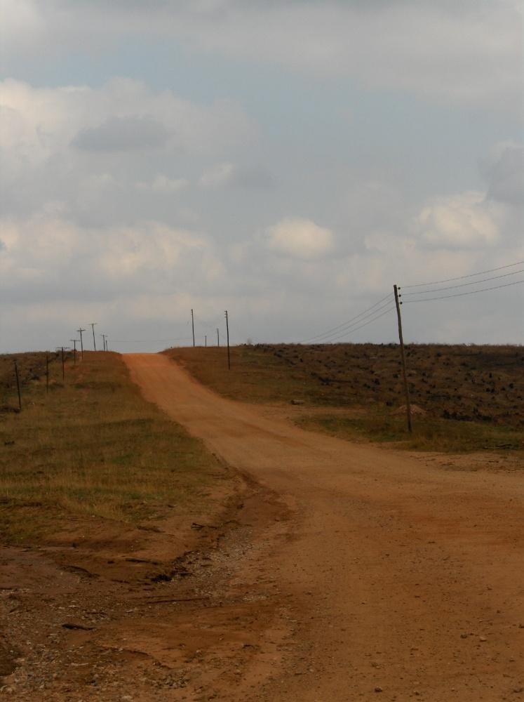 Piste entlang trockenen Feldern