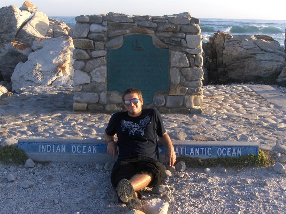 Tobi beim Monument Indischer und Atlantischer Ozean