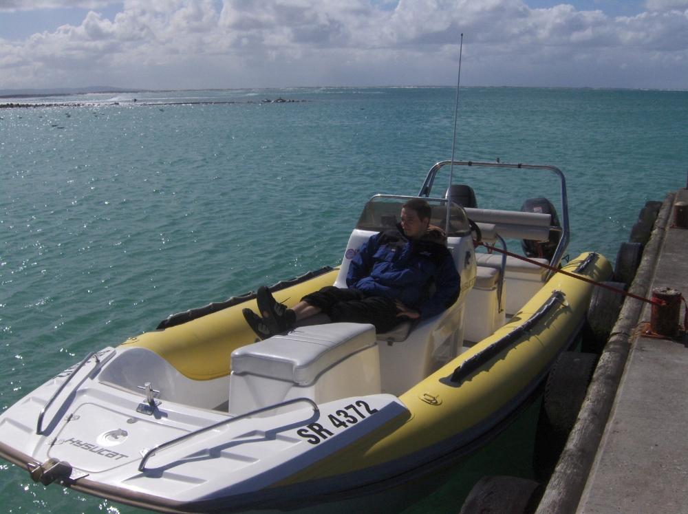 Tobi im Motorboot