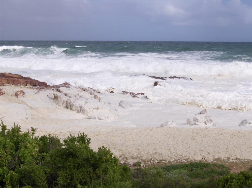 Wellen brechen an der Küste