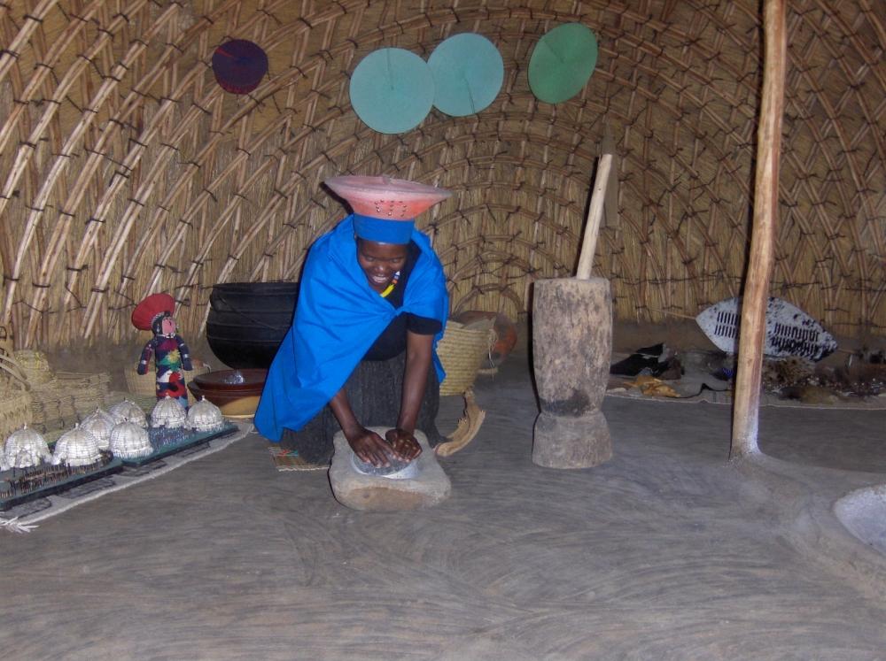 Zulu-Frau beim Korn mahlen