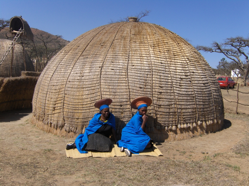 Zulu Rundhütte mit zwei Frauen