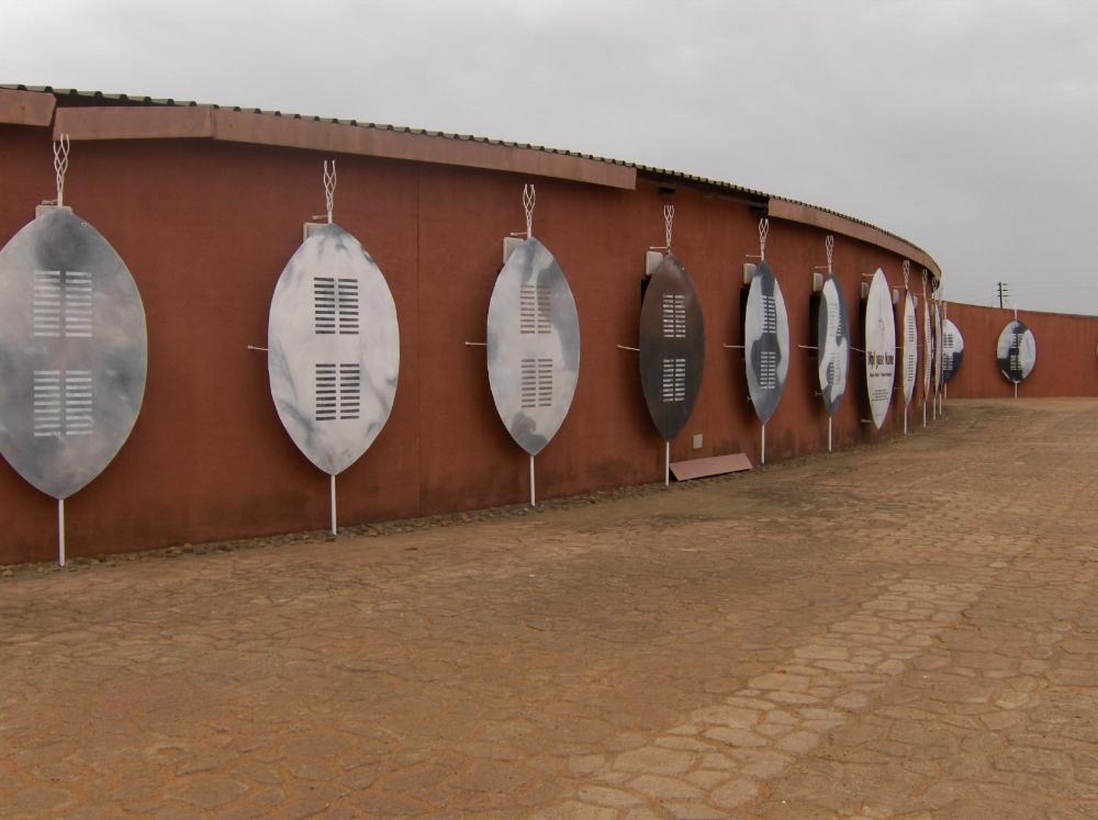 Zulu-Schilder an Hausmauer