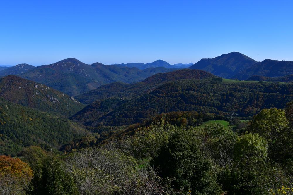 Buschige Hügel Pyrenäen