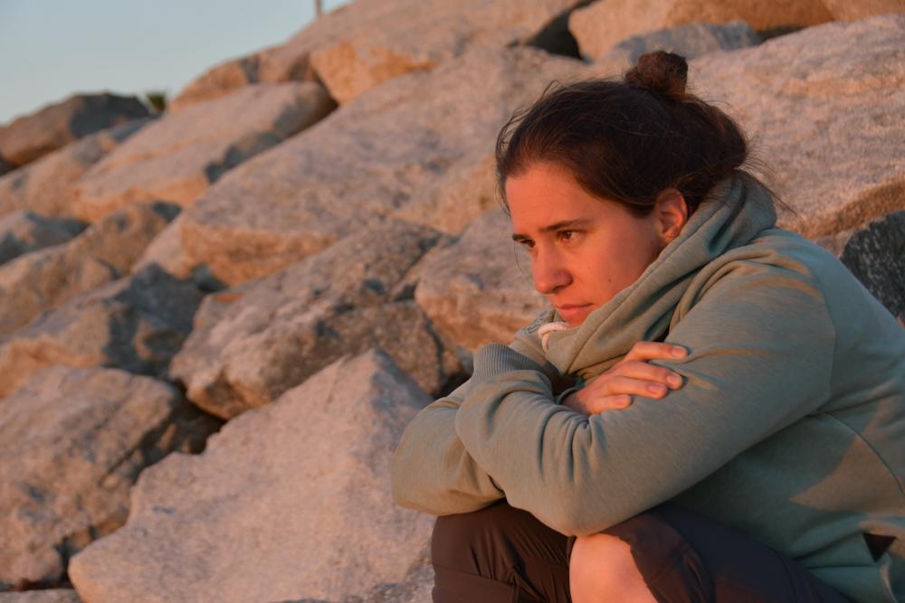 Fränzi blickt aufs Mittelmeer Steine