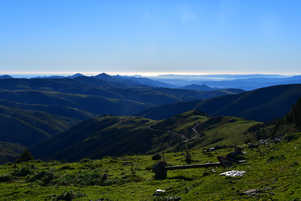 Grasige Hügel Strassenschild Meer Pyrenäen