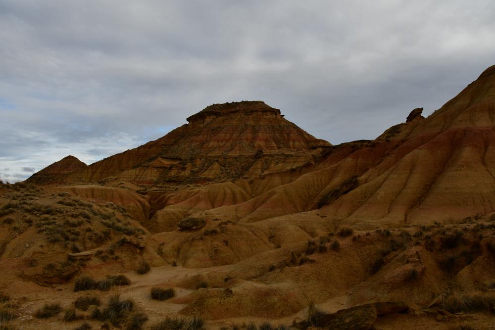 Halbwueste Bardenas Reales bizarrer Berg Sedimentschichten