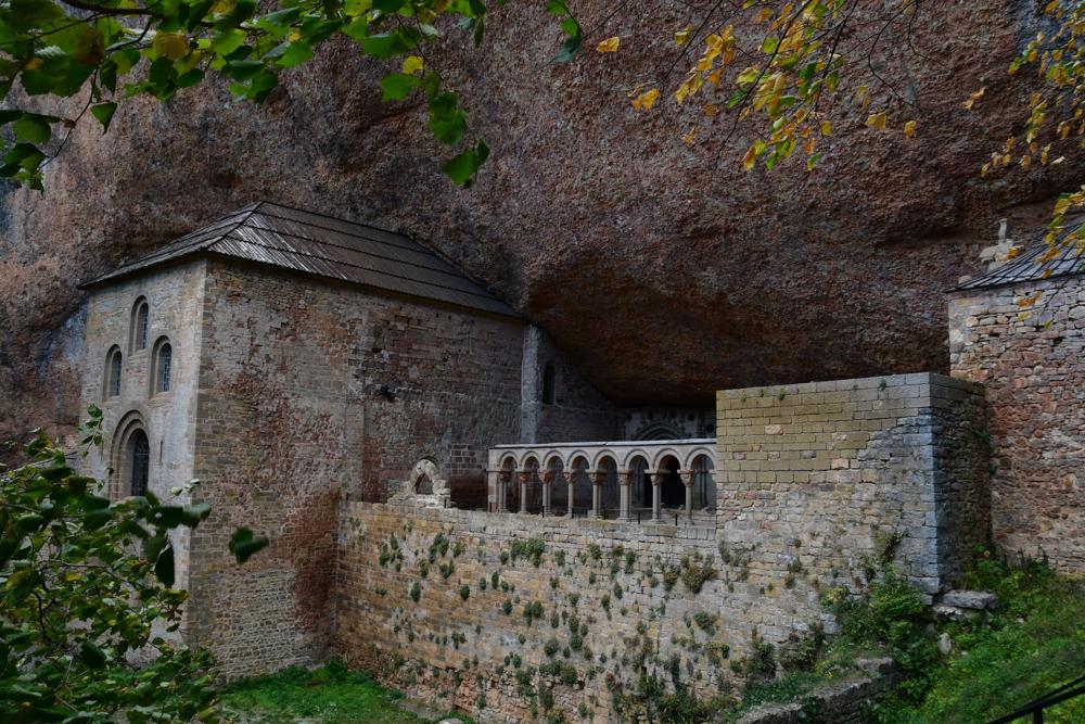 Kloster San Juan de la Pena unter Felsen