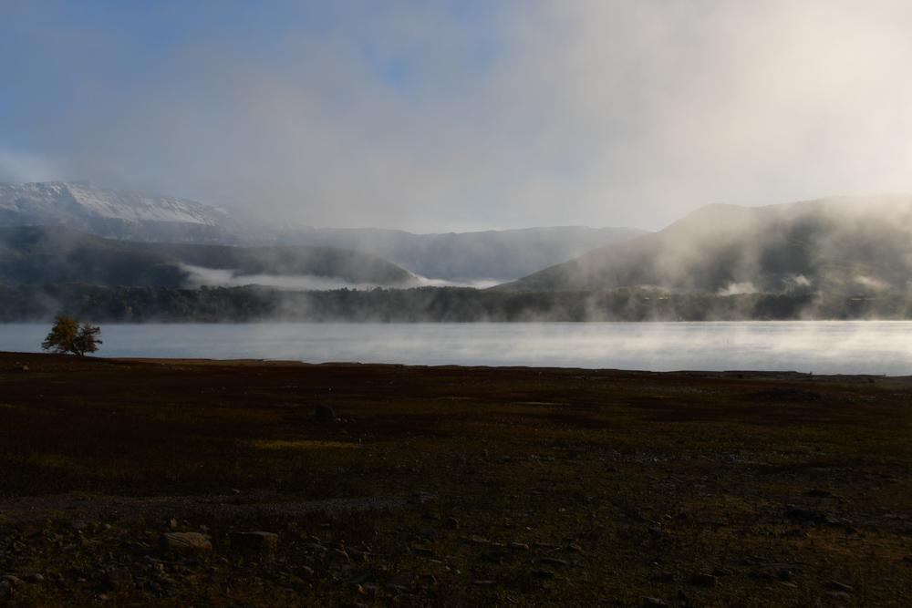 Nebel über Stausee am Morgen Morillo de Tou
