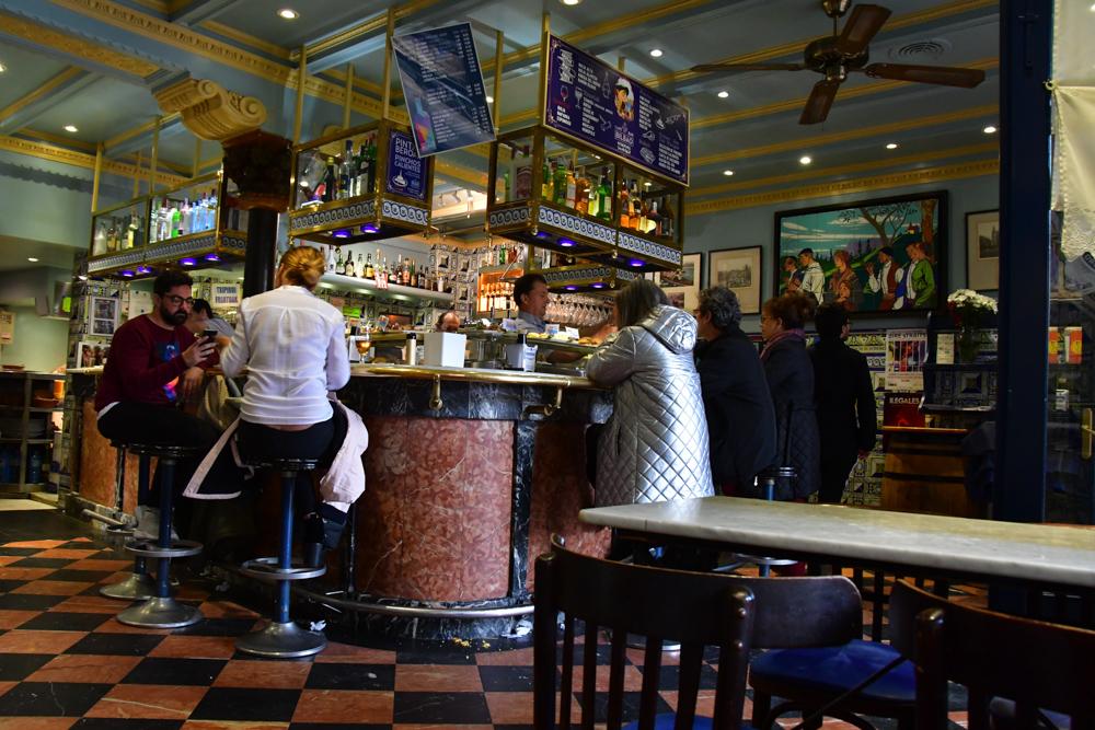 Pintxosbar Bilbao Leute an Bar