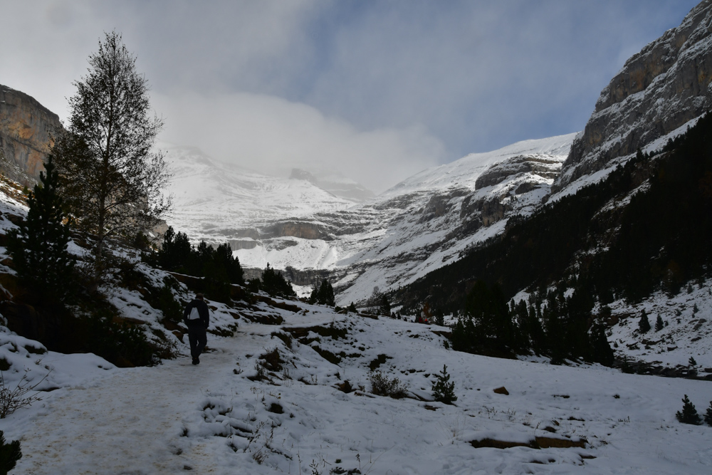 Schnee Berge Tobi am Wandern Ordesa Nationalpark