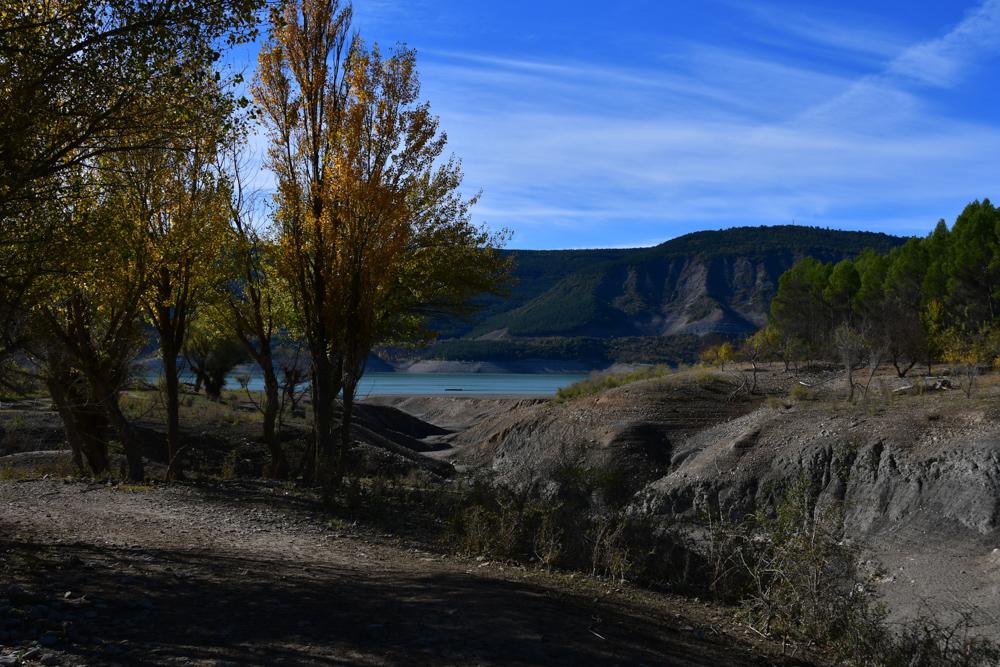 Stausee Yesa Übernachtungsplatz Flusslauf Bäume